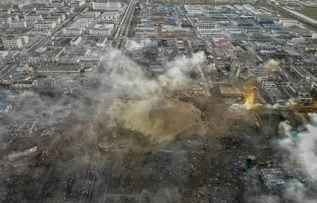 江苏爆炸化工厂区如废墟 现场惊现巨坑