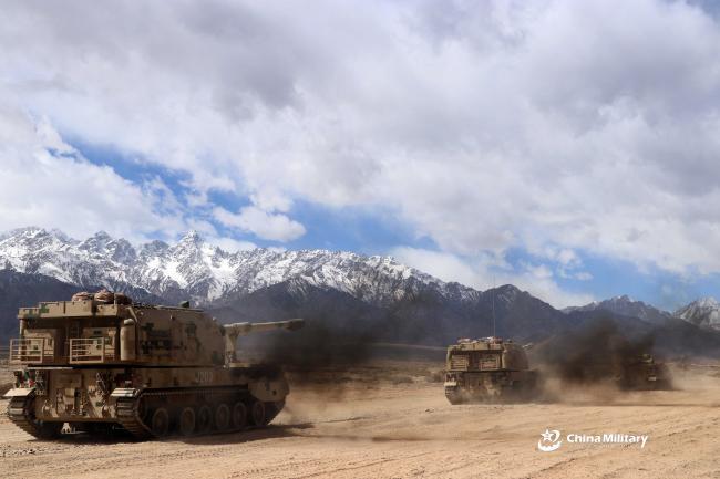 新疆军区炮兵大杀器上阵演练 颜值不逊美军