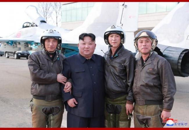 金正恩突击视察空军部队朝鲜米格29近景曝光