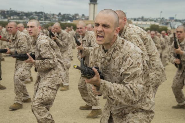 美国海军陆战队刺刀训练:戳轮胎