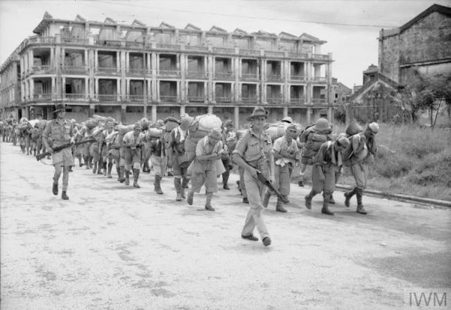 日本战俘被英军押赴香港的战俘营