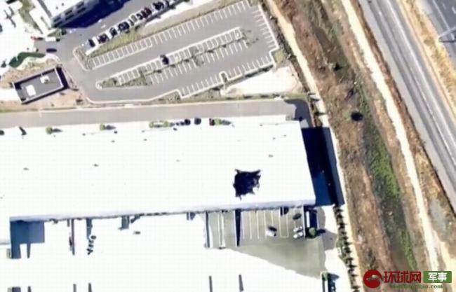 美军F16坠机现场曝光 建筑物屋顶被砸出大洞