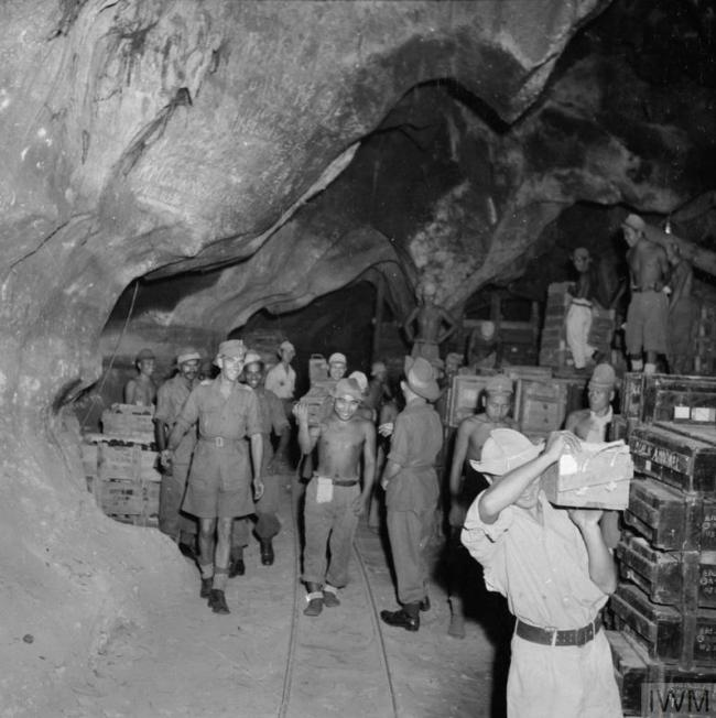 日本投降後戰俘們開心地處理從前儲存的彈藥