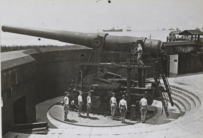 美国当年的海岸炮,体积巨大依靠人力装填