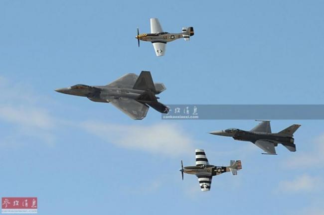 跨代共舞!二战P-51与F-22战机编队飞行