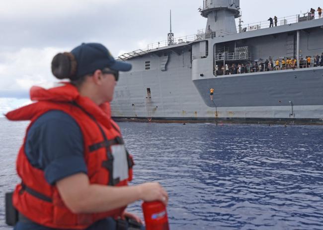 美蓝岭号指挥舰水兵在世界最深海洋跳水游泳