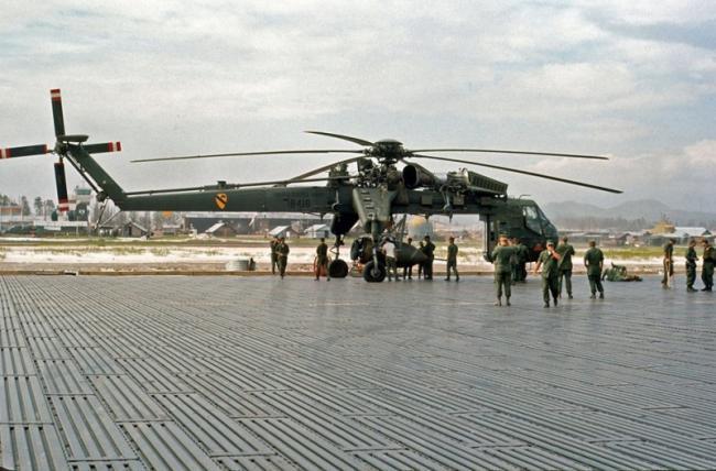 """越战中挂载""""雏菊切刀""""巨型炸弹的直升机"""