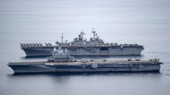 美拳师号两栖攻击舰和法唯一航母印度洋演习