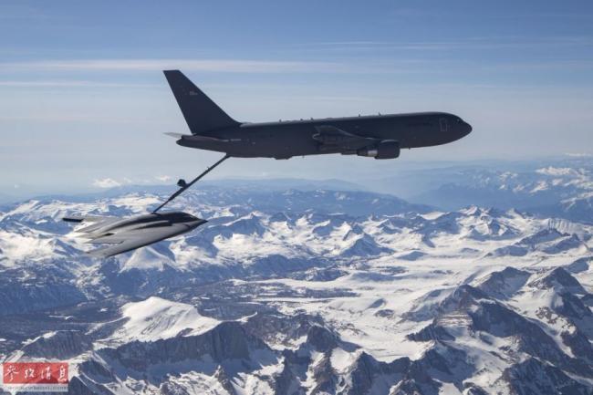 为隐身轰炸机加油!美KC-46与B2首次编队