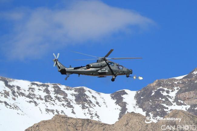 陆军航空兵某旅进行直升机高原实弹射击