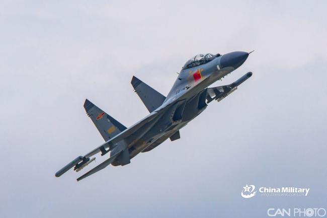 南部战区空军某旅歼11战机进行飞行训练