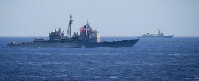 """""""顶个球""""来了:中国军舰近距监视美日军演"""