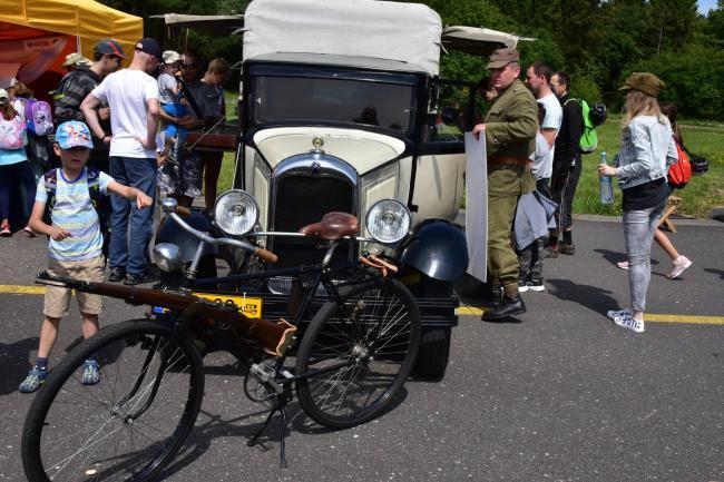 波兰军队开放日如古董展 自行车配步枪亮了