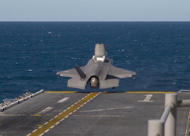 美在地球最深海上起降F-35B和MV-22