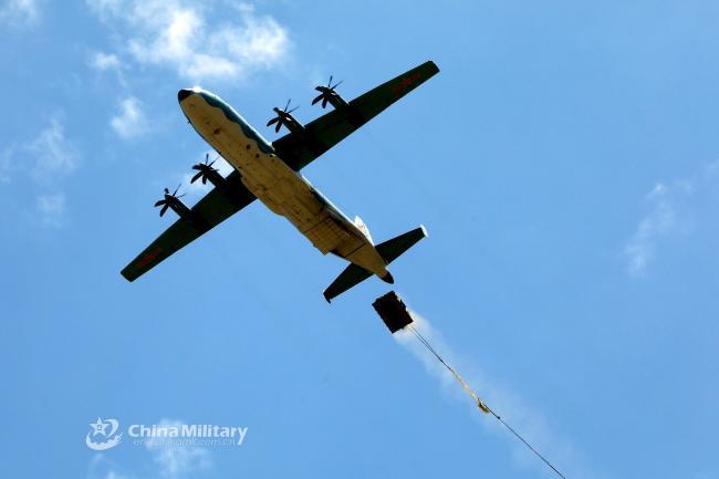 实拍解放军空降部队运输机装载空投瞬间