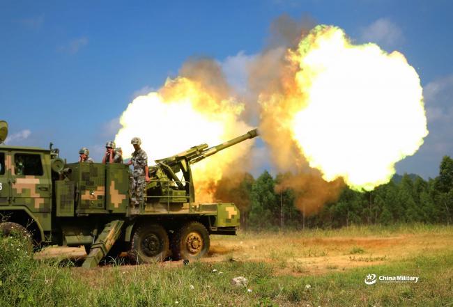 解放军122榴弹炮122火箭炮实弹射击瞬间
