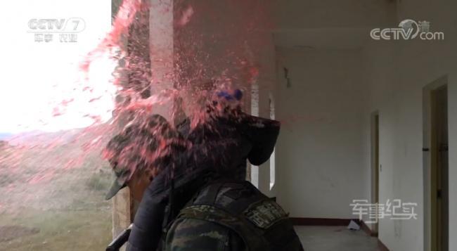 武警狙击手训练太逼真!真人举着被爆头目标