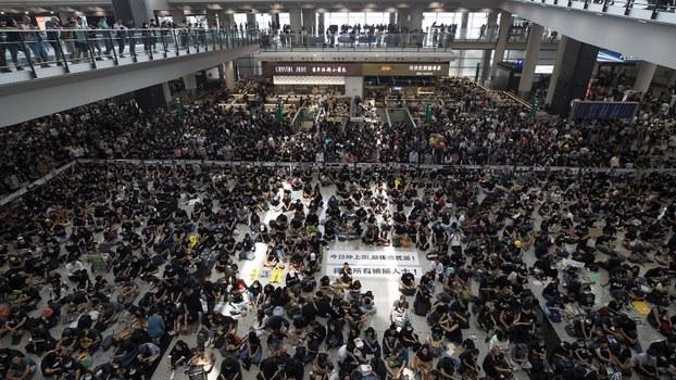2019年8月12日,香港上万名抗议人士聚集香港国际机场,由于人数众多,香港机场管理局宣布取消所有航班。(美联社)
