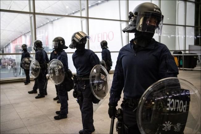 香港机场冲突 是港警刻意造成