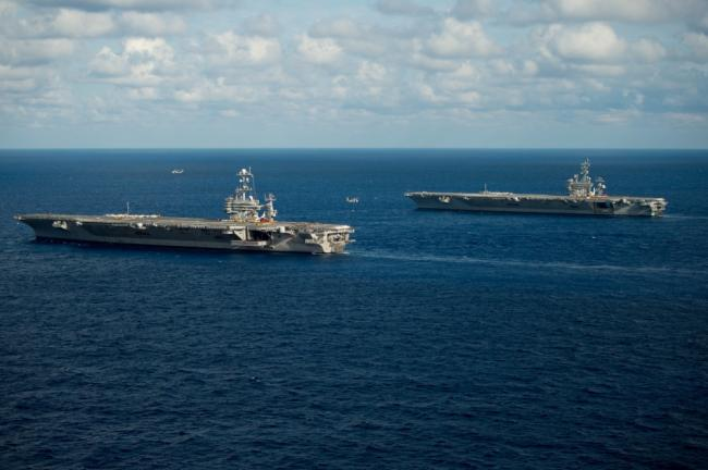 美海军两艘航母会师大西洋补给弹药