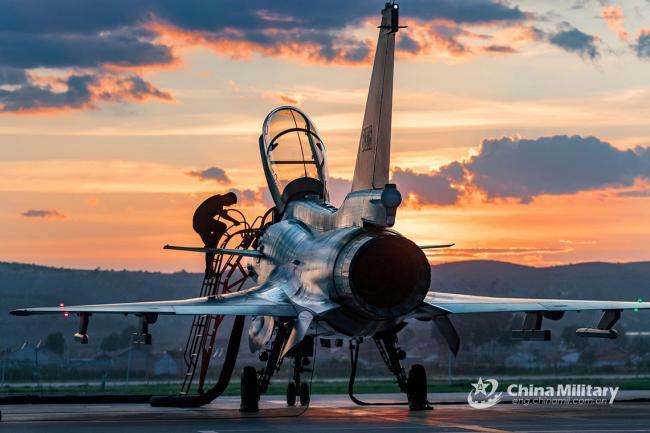 空军训练前后 歼-10战斗机接受检查