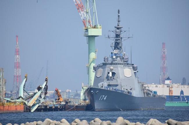 台风吹翻起重机 险些砸到日本宙斯盾舰