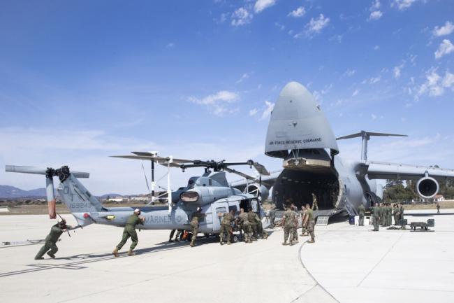 美军大型运输机运直升机 人力推入货舱