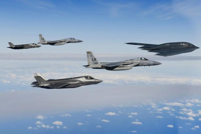 美军与英军联合训练 6机编队阵容强大