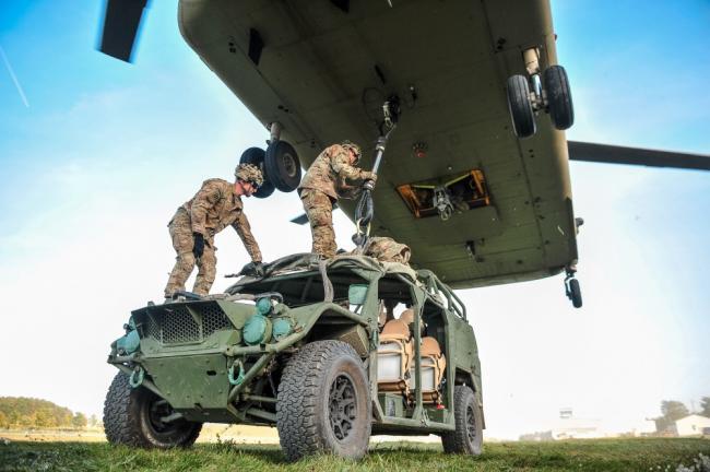 美军新型伞兵机动车 可直升机机腹挂载